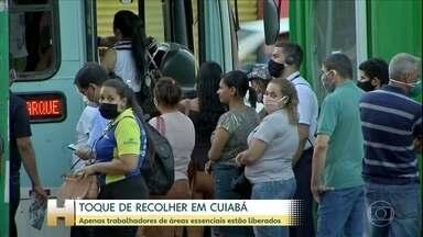Prefeitura de Cuiabá determina toque de recolher na cidade a partir deste sábado (13) - O toque de recolher deve durar duas semanas. Só os trabalhadores de serviços essenciais vão poder circular entre às 22h30 e às 5h da manhã. A ideia é conter o avanço da Covid-19.