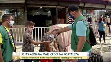 Lojas do comércio abrem duas horas mais cedo em Fortaleza - Fiscais da prefeitura distribuíram máscaras e álcool gel e conferiram se as medidas de distanciamento entre clientes estão sendo cumpridas.