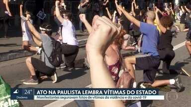 Ato na Av. Paulista lembra vítimas da Covid-19 e do racismo - Manifestantes seguravam cartazes com fotos de vítimas.