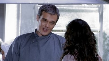 René explica por que não pode ir ao jantar de Patrícia - Tereza Cristina e Crô se preparam para o jantar com Patrícia e Alexandre