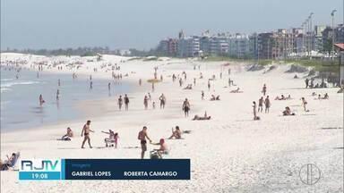 Banhistas ignoram decretos e curtem sábado de sol na praia em Cabo Frio, no RJ - Dezenas de pessoas foram flagradas na faixa de areia da Praia do Forte e Praia das Dunas.