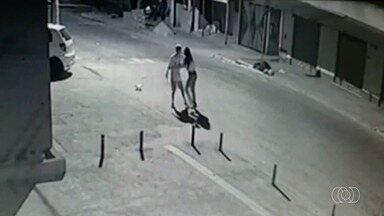 Câmeras mostram momento que homem mata ex-namorada a facadas em Goiânia - Ela chegou a ser socorrida, mas não resistiu.