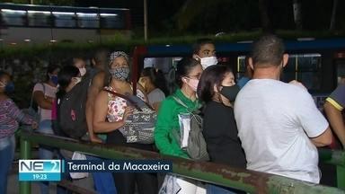 Passageiros reclamam da quantidade de ônibus em terminais do Recife - Usuários do sistema público de transporte precisam encarar longas filas para voltar para casa