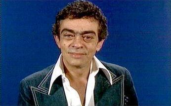 Chico Anísio saúda o público - O humorista saúda atos curiosos do noticiário que estavam se tornando comuns, como a imigração de nordestinos para trabalhar na construção civil e a troca de técnicos no Campeonato Brasileiro.