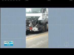 Batida entre dois caminhões na entrada de Campanário deixa um ferido - Motorista ferido foi socorrido pelo Samu.