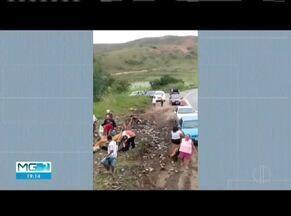 Acidentes são registrados nas regiões de Naque e Caratinga - Em Naque, parte da carga foi furtada.