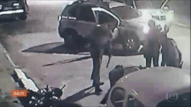 Imagens mostram guardas municipais de Itajaí (SC) agredindo um homem - Nas imagens é possível ver que a vítima não reage à abordagem.