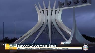 Trânsito na Esplanada dos Ministérios é liberado nesta quinta-feira (18) - Depois de dois dias de interdição, pistas e passagens são liberadas.