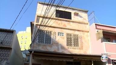 Casa em Bento Ribeiro é vistoriada pelo MP RJ - O Ministério Público cumpre mandados de busca e apreensão em Bento Ribeiro.