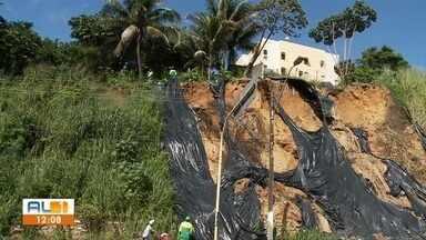 Defesa Civil de Maceió começa a intensificar troca de lonas nas áreas de risco - Ação é para evitar os deslizamentos de terra durante período de chuva.