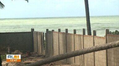 Muro de condomínio em construção é motivo de reclamações dos moradores de Guaxuma - Passagens de acesso a praia vêm se fechando por causa da expansão imobiliária na região.