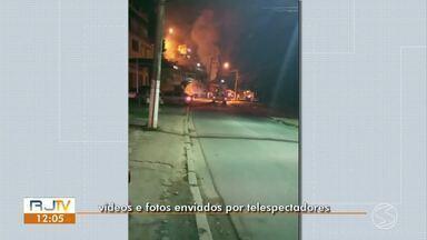 Casa pega fogo duas vezes no mesmo dia em Barra do Piraí - Bombeiros foram acionados às 16h e às 20h de quarta-feira (17). Imóvel fica no Morro Pedro Coelho, no bairro Oficinas Velhas.