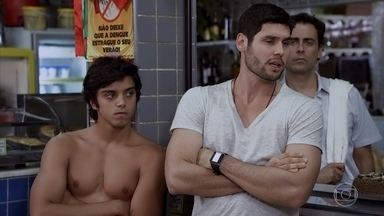 Wallace convida Leandro para ser lutador de MMA - O ex-lutador conversa com Dagmar e o jovem diz que aceita o desafio