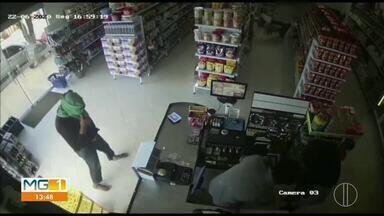 PM prende três homens que assaltaram o supermercado, em um sítio em Taiobeiras - Foram levados bebidas como vodka, cerveja e conhaque, além de 400 reais do supermercado.