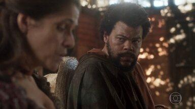 Jacinto questiona Elvira sobre o segredo de Thomas - A atriz diz ao jagunço que um banho de rio pode fazê-la recuperar a memória