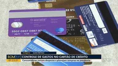 Especialistas falam sobre controle de gastos no cartão de crédito - Consumidores cortam despesas e planejam compras na pandemia.