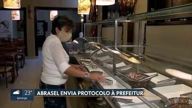 Bares e restaurantes planejam reabertura em São Paulo - A Abrasel enviou um protocolo à prefeitura. Segundo planejamento do governo, restaurantes só voltam a funcionar na fase amarela.
