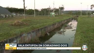 Vala de escoamento de água está entupida em Sobradinho II - Moradores contam que está assim há pelo menos um ano, acumulando água parada. Além da preocupação com a dengue, alguém pode cair e se machucar.
