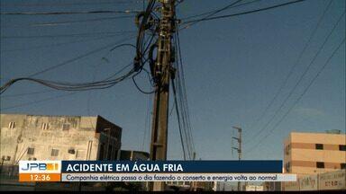 Acidente no bairro de Água Fria, em João Pessoa, deixa moradores sem energia - Companhia elétrica passou o dia fazendo o conserto.