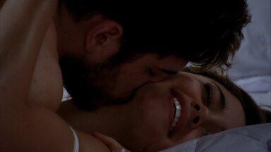 Amália e Rafael se encontram no meio da noite - A filha de Griselda acorda assustada depois de sonhar com o incêndio e acaba encontrando o amado em frente à sua casa