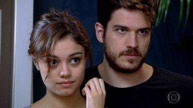 Griselda flagra Rafael em sua casa - A nova milionária desperta feliz ao lado de René e explica que não se sente à vontade de trocar beijos com o namorado na frente dos filhos