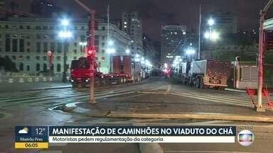 Manifestação de caminhoneiros no centro - Motoristas de caminhões que transportam caçambas pedem regulamentação da categoria.