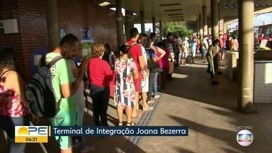 Terminal de ônibus registra filas extensas mesmo com reforço de frota - Passageiros relatam que diariamente enfrentam dificuldades no Terminal Integrado de Joana Bezerra