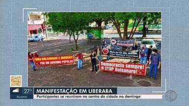 Manifestantes protestam no Centro de Uberaba neste domingo - Grupo se posicionou contra o atual governo, com faixas pedindo proteção aos trabalhadores e contra o preconceito com a população LGBTQIA+.