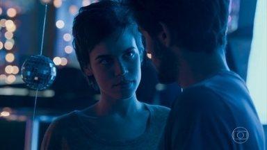 Leila tenta consolar Jonatas - Lu oferece ajuda a Jamaica, mas se incomoda com as insinuações do rapaz. Pietro percebe a tristeza de Carolina e tenta animá-la