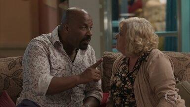 Florisval tenta dispensar a falsa mãe - Maristela acredita na armação do namorado