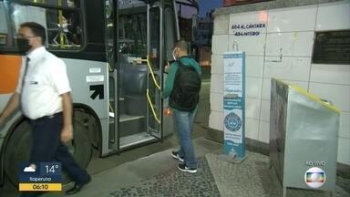Movimento do ônibus no terminal de Alcântara - Movimento ainda fraco no terminal de Alcântara .Ônibus saindo de 5 em 5 minutos . álcool em gel é ignorado por parte dos passageiros. ônibus estão higienizados. 100% da frota está autorizado a funcionar em Niterói.