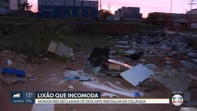 Lixão incomoda moradores de Ceilândia - O descarte irregular de lixo é feito em um terreno atrás da estação de metrô, no centro de Ceilândia.