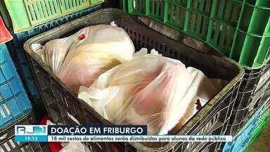 Produtores rurais montam cestas para serem doadas a estudantes - Iniciativa busca não deixar que as crianças fiquem sem a merenda escolar.