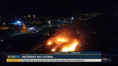 Incêndio no balneário Praia Grande, no Litoral - Depósito de materiais de construção pega fogo em Matinhos.