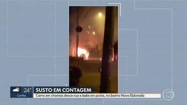 Carro em chamas desce rua e bate em poste - Caso aconteceu no bairro Novo Eldorado, em Contagem.