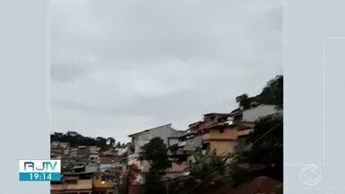 Troca de tiros assusta moradores do Morro do Abel, em Angra dos Reis - Agentes da PM foram até a localidade para atender uma ocorrência de violência doméstica e os traficantes efetuaram os disparos.