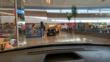 """Shopping adota drive-thru e libera carros nos corredores das lojas para retirada de compra - O shopping de Botucatu (SP) começou a atender pelo sistema """"drive-thru"""" e, para isso, liberou a entrada dos carros dentro dos corredores do prédio para os clientes retirarem os produtos na porta das lojas."""