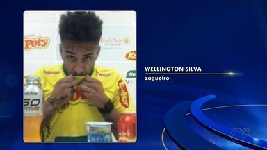 Após passagem pelo futebol português, zagueiro Wellington retorna ao Mirassol - Wellington está de volta ao Mirassol. Após duas temporadas no Oliveirense, de Portugal, o zagueiro de 28 anos foi anunciado como reforço para a reta final do Campeonato Paulista e a disputa da Série D do Brasileiro. O contrato de Wellington é válido até maio de 2021.
