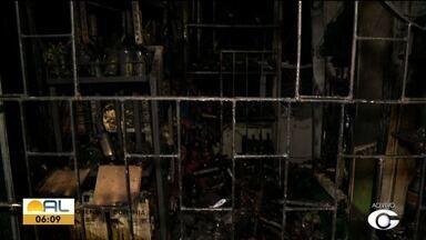 Depósito de bebidas no bairro do Benedito Bentes pega fogo - Carolina Sanches tem mais informações.