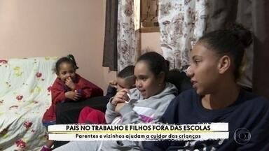 Famílias se adaptam durante a pandemia para trabalhar enquanto os filhos ficam em casa - Parentes e vizinhos ajudam a cuidar das crianças.