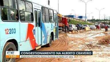 Motoristas passam transtornos com buracos e lama na Avenida Alberto Craveiro - Saiba mais no g1.com.br/ce
