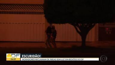 Moradores reclamam de áreas sem luz em regiões do DF - Em alguns condomínios, os moradores instalam refletores para tentar acabar com a escuridão.