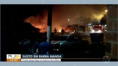 Casa pega fogo no bairro Ano Bom, em Barra Mansa - Caso aconteceu na Avenida Presidente Kennedy. Segundo o Corpo de Bombeiros, ninguém ficou ferido.