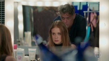 Eliza avisa a Arthur que vai se mudar - Arrasada com os comentários que ouviu sobre o empresário, ela decide se afastar