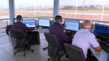 Força Aérea Brasileira oferece treinamento para operadores do aeroporto de Sorocaba - Os operadores da torre de controle do aeroporto de Sorocaba (SP) estão recebendo treinamento da Força Aérea Brasileira. O sistema, que está em operação desde a semana passada, foi modernizado e deixa Sorocaba mais competitiva na aviação comercial do país.