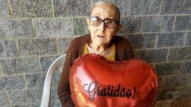 Após 14 dia internada, idosa de 81 anos se recupera da Covid-19 em Sorocaba - A dona Maria Aparecida, de 81 anos, ficou 14 dias internada com coronavírus no hospital de campanha de Sorocaba (SP). Mas, conseguiu se recuperar da doença e agora comemora com a família.