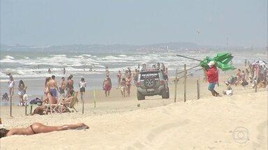 Praias de Fortaleza têm bastante movimento - Capital cearense vem flexibilizando as medidas de restrição. Ocupação de UTIs, que já esteve em 98%, está em 61%.