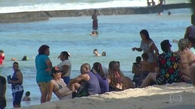 Praias ficam cheias e banhistas descumprem regras de isolamento social no Recife - O mergulho é proibido na orla da capital pernambucana, mas ainda assim muitas pessoas foram flagradas no mar.