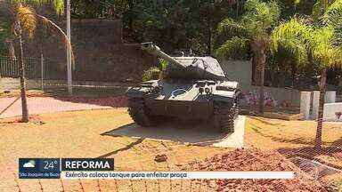 Exército coloca tanque para enfeitar praça - Local está em reforma.