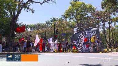 Manifestantes fazem ato em defesa do SUS e contra o governo federal, em Belo Horizonte - Eles se concentraram na Praça da Liberdade e depois seguiram, em carreata, pelas ruas da capital.